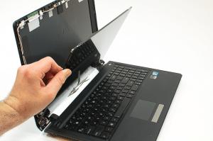 Mengecek layar atau monitor laptop