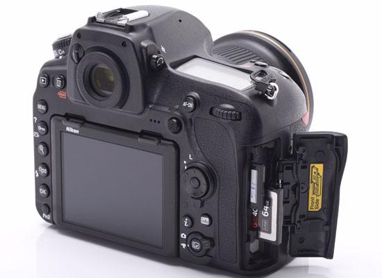 Mengeluarkan Memori Kamera