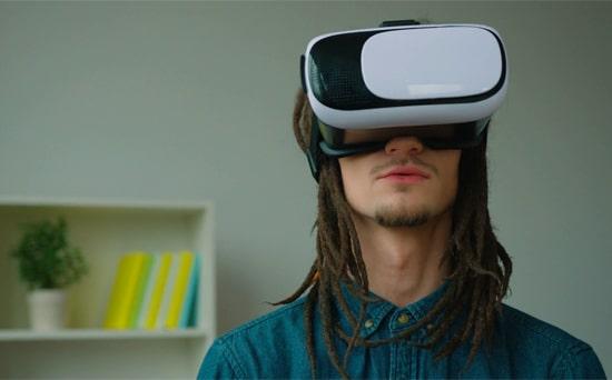 Menonton YouTube dengan Kacamata VR