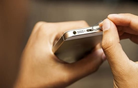 Bersihkan Charging Port iPhone