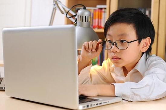 Menatap gadget terlalu lama pasti akan merusak mata anak