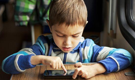 Penggunaan gadget tarlalu sering ternyata dapat menghambat perkembangan anak