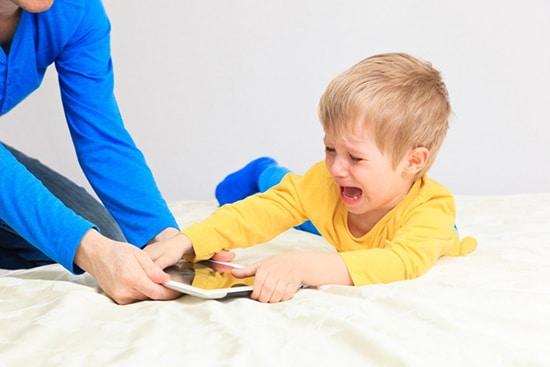 Jika sudah kecanduan, sangat sulit untuk mengurangi penggunaan gadget ada anak