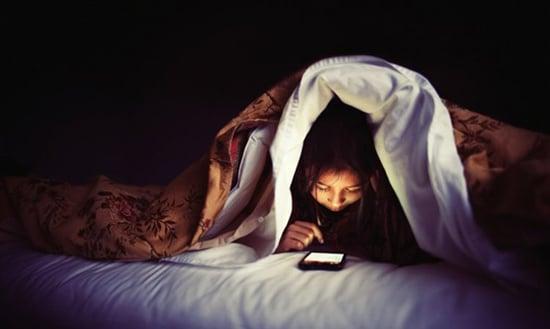 Kurangi penggunaan gadget pada anak diatas jam 8 malam, agar mudah tidur
