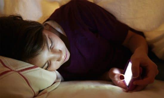 Jauhkan Smartphone Saat Tidur