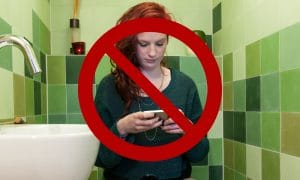 BAHAYA! 5 Hal Buruk yang Akan Terjadi Jika Main HP di Toilet 11