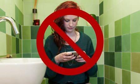 BAHAYA! 5 Hal Buruk yang Akan Terjadi Jika Main HP di Toilet 5