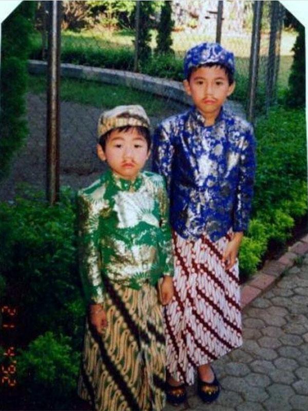 Roy Kiyoshi Memakai Baju Tradisional