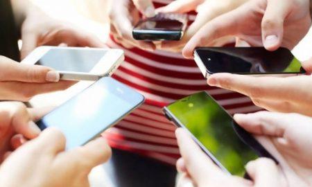 Mengetahui Kepribadian Dari Cara Memegang Smartphone