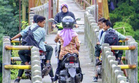 Gaya Ibu-ibu Saat Berkendara di Jalan Raya